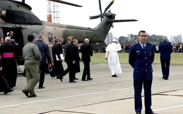 Papa Francisco chega ao Santuário em Aparecida e vai de papamóvel  para celebrar missa a fieis