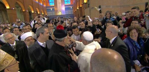 Papa pede que fiéis em Aparecida rezem por ele e diz voltar em 2017