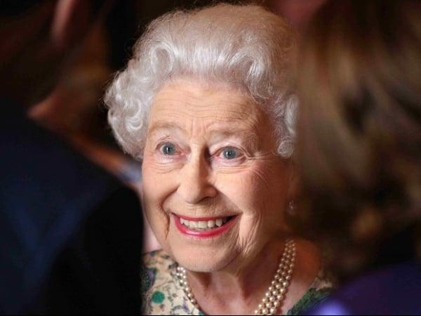 Rainha Elizabeth faz visita relâmpago a bebê real