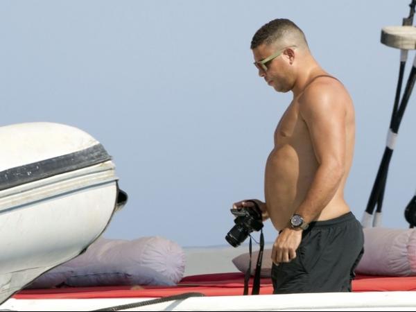 Ronaldo Fenômeno exibe barriguinha saliente durante férias em Ibiza