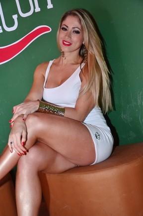 De vestido curtíssimo, Carol Narizinho quase mostra demais em boate