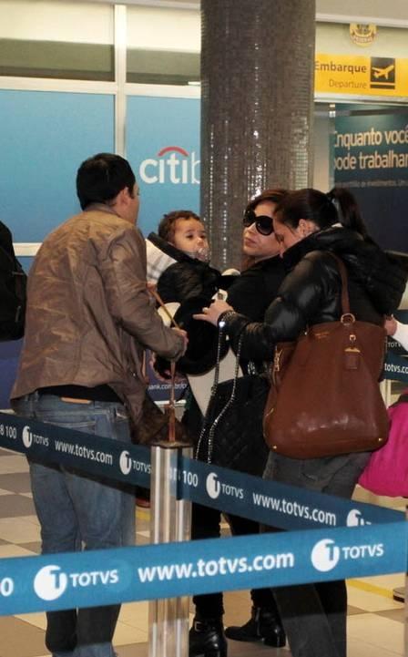 Wanessa embarca toda encasacada para Vitória com o marido Marcus Buaiz e o filho José Marcus