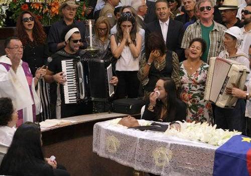 Fã tem congelado bolo de Dominguinhos do seu último aniversário; cantor será enterrado hoje