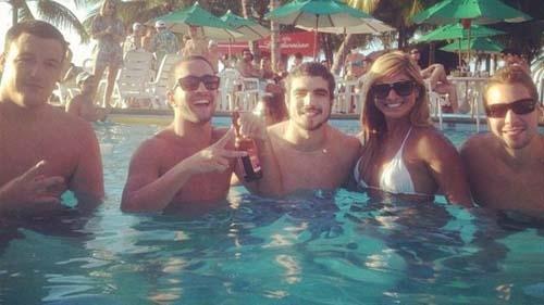 Caio Castro foge do frio no Rio e cai na piscina ao lado de loira em Fortaleza