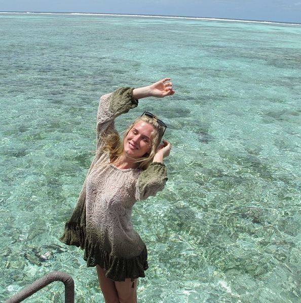 Direto da lua de mel,  Fiorella Mattheis curte mar paradisíaco e põe na web