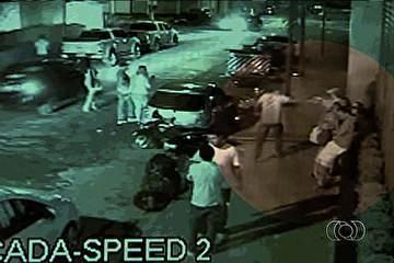 Imagens divulgadas pela polícia mostram rapaz sendo morto na porta de boate