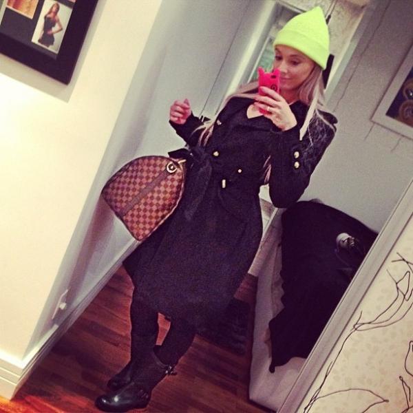 Juju Salimeni dribla o frio com look estiloso