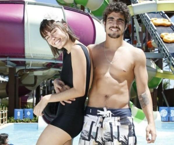 Com boatos de affair, Caio Castro e Maria Casadevall se divertem em parque aquático