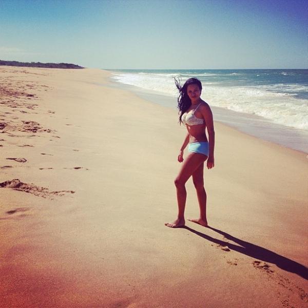 Ex-BBB Ariadna vai à praia de sutiã e shortinho: