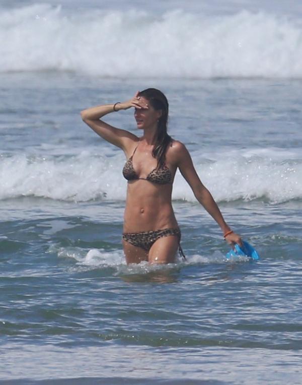 Gisele Bündchen curte praia com a filha na Costa Rica