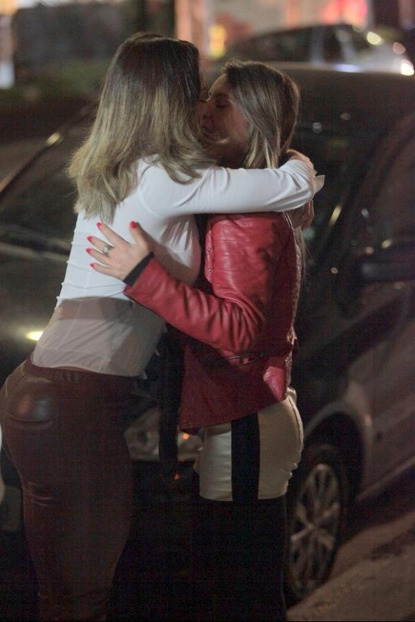 Jantar romântico de Graciella Carvalho e namorada tem beijão