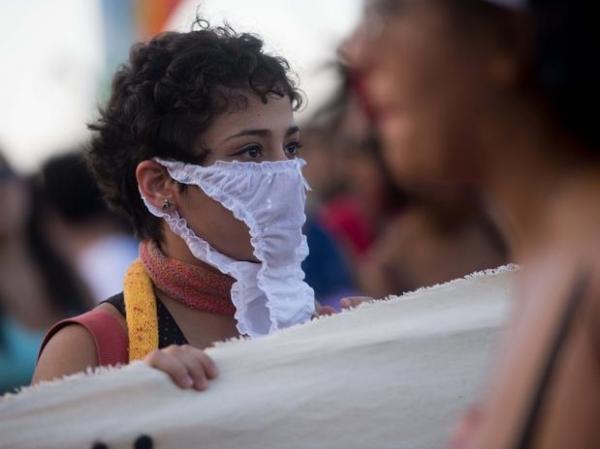 Mulheres pintam os corpos e protestam contra altos índices de estupro.