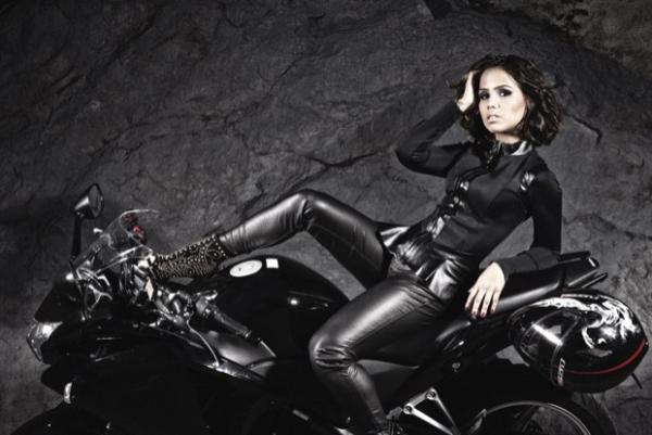 Pérola Faria mostra seu lado sexy com jaquetas de perder o fôlego