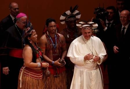 Papa Francisco ganha cocar de índio e sorri ao experimentar presente no Teatro Municipal do Rio