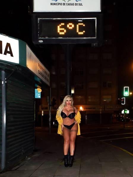 Sabrina Boing Boing faz ensaio de lingerie com temperatura congelante do inverno gaúcho