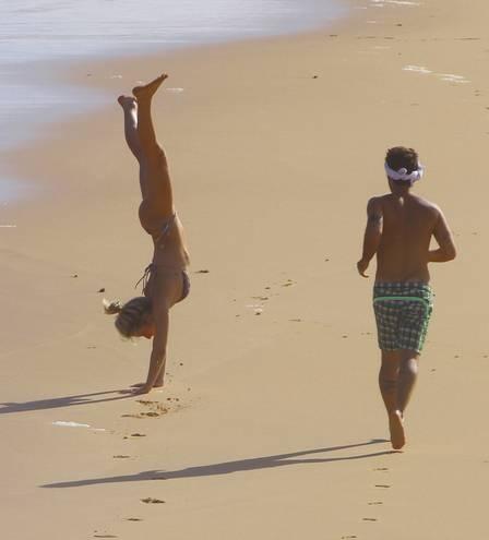 Bruno Gagliasso e Giovanna Ewbank namoram em praia deserta de Fernando de Noronha