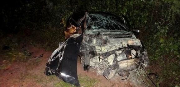Carro fica destruído, após acidente na BR-402 em Parnaíba