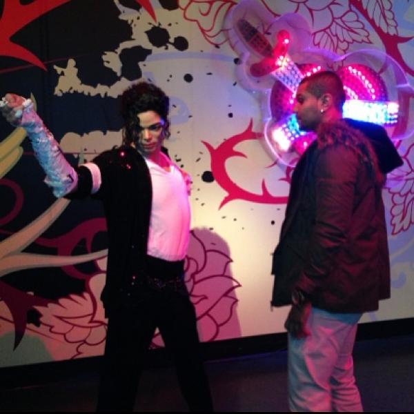 Naldo posta foto com estátua de Michael Jackson em Los Angeles