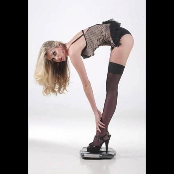 Bárbara Evans mostra suas belas pernas de meias 7/8 em look sexy