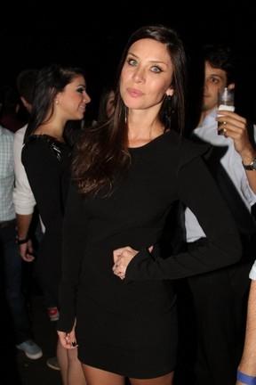 Geisy Arruda usa look transparente para curtir show de Thiaguinho