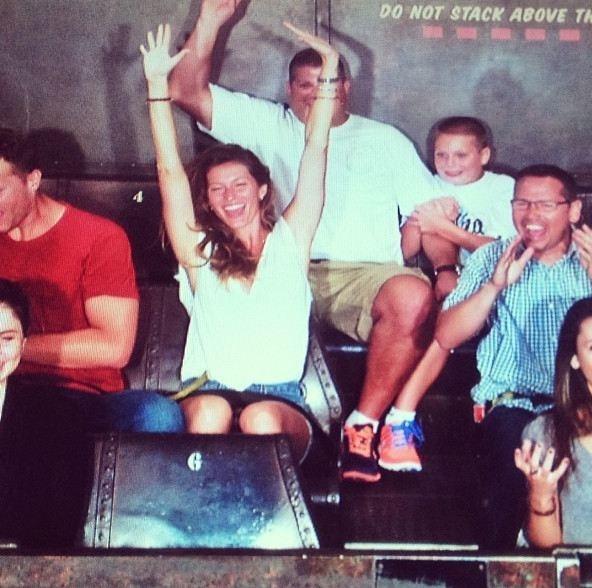 Gisele Bündchen se diverte com a família na Disney e posta foto