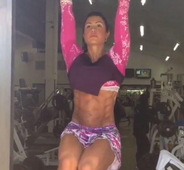 Gracyanne Barbosa mostra barriga trincada durante o treino