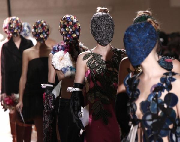 Ousado! Modelos desfilam com rosto totalmente coberto na França; fotos