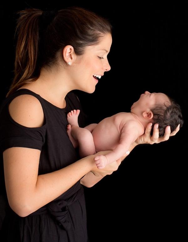 Samara Felippo mostra a filha caçula pela primeira vez