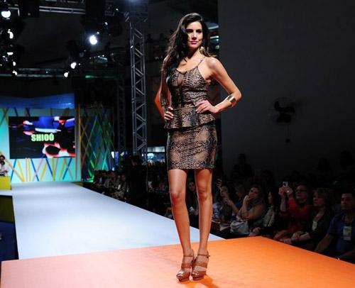 De vestidinho, Carol Nakamura desfila e chama muita atenção pelas curvas