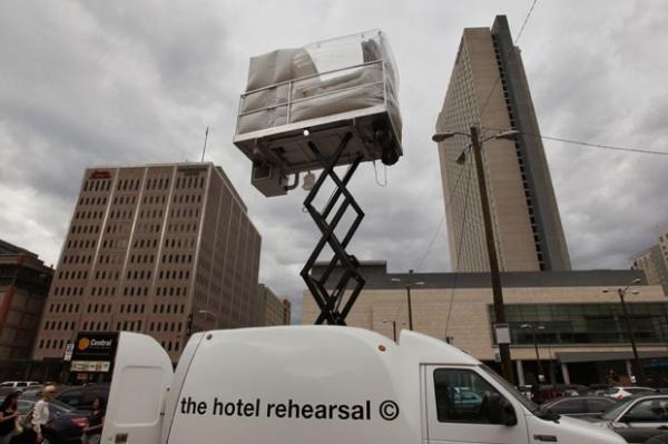 Artista cria quarto de hotel inflável e cobra US$ 50 mil por fim de semana