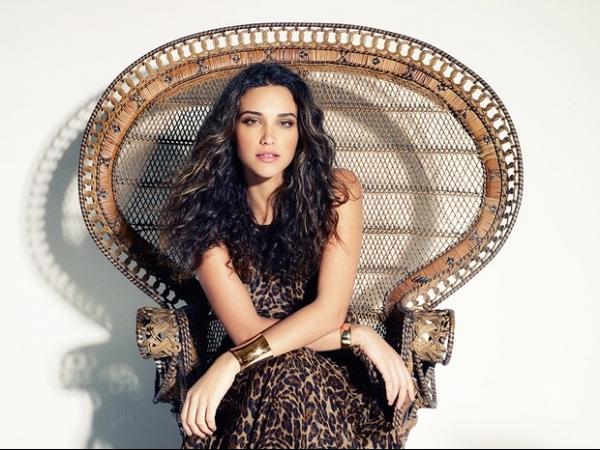 Débora Nascimento posa elegante e sexy para ensaio de revista