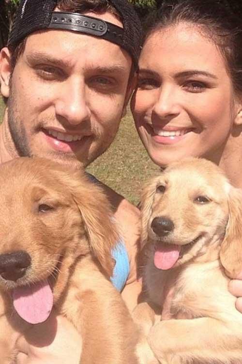 Em clima família, ex-BBBs Kamilla e Eliéser posam com cães: ?os Filhos?