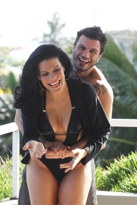 Ex-BBB Joseane Oliveira volta à cena com novo namorado e exibe curvas na praia: ?Estou apaixonada?