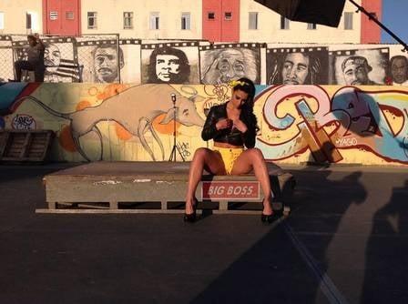Ex-BBB Kelly Medeiros faz ensaio em conjunto habitacional: ?Nos preparativos para o Carnaval?