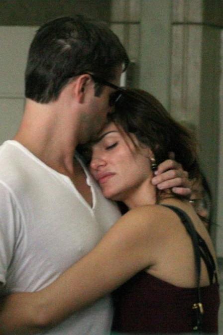 Apaixonada, Mayana Neiva recebe namorado americano em aeroporto