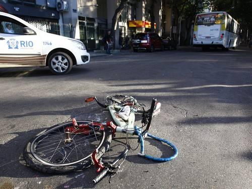 Ciclista morre após ser atropelado por um ônibus no Rio