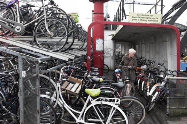 Em Amsterdã, capital mundial das bikes, estacionamento é desafio para ciclistas