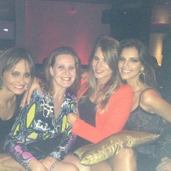 Recém-solteira, atriz Mariana Rios celebra aniversário com amigas