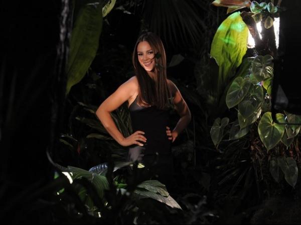 Paolla Oliveira grava comercial para campanha e dá dicas de beleza