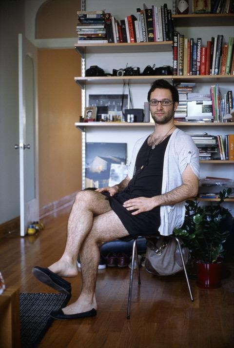 Projeto de artista faz homens usarem as roupas das namoradas