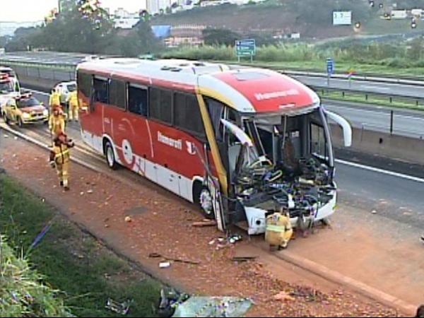 Acidente com caminhão deixa motorista preso às ferragens e fere mais 34 em SP