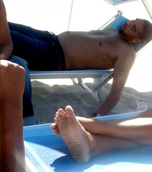 Ainda sem clube, Adriano tira  cochilo em praia do Rio de Janeiro