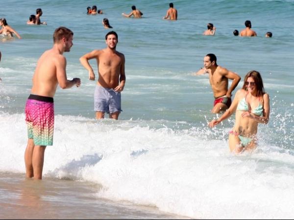 Fernanda Lima curte praia com Rodrigo Hilbert e chama atenção pela boa forma
