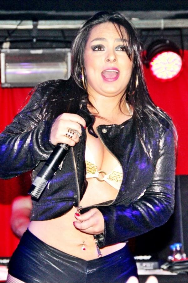 Mulher Melancia ameça striptease em boate GLS