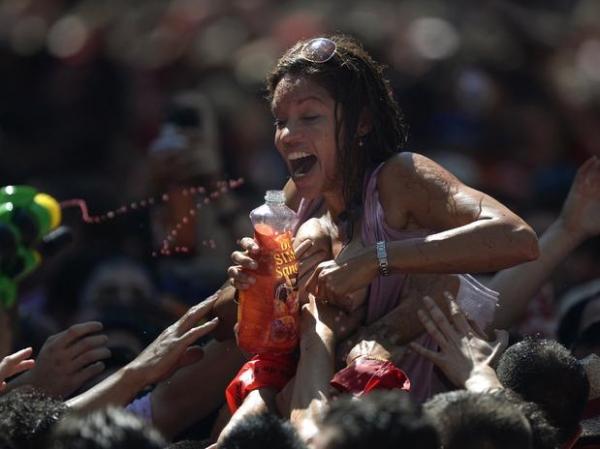 Regada a bastate vinho e diversão, multidão abre o tradicional festival de São Firmino na Espanha