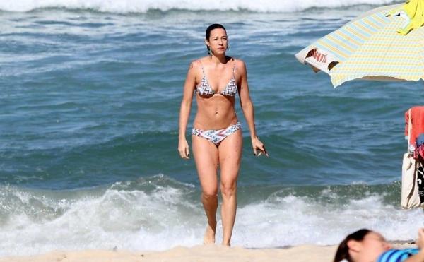 Sozinha, Luana Piovani curte praia e mostra corpo enxuto