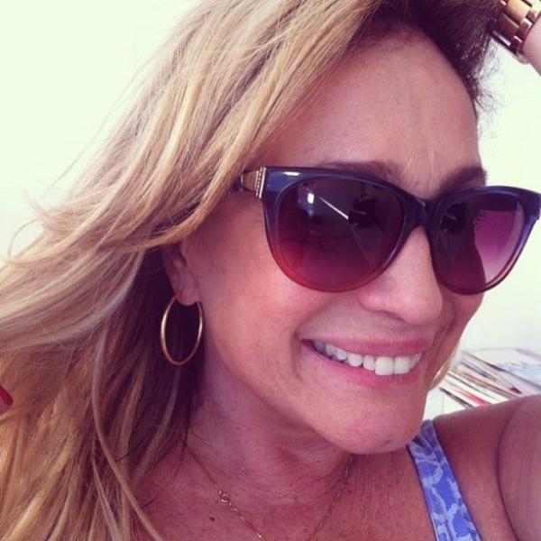 Susana Vieira ganha óculos escuros de presente de Marina Ruy Barbosa