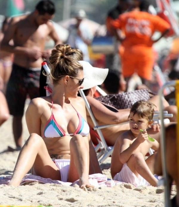 Fernanda Lima e Rodrigo Hilbert fazem farra com os gêmeos em dia de praia