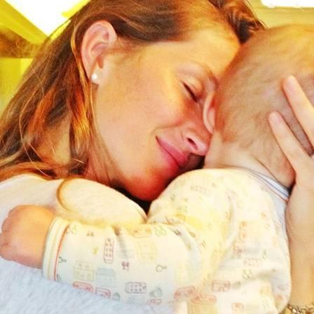 Gisele Bündchen paparica filha caçula e posta foto: