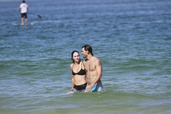 Juliano Cazarré e a mulher exibem barrigas sequinhas em praia carioca